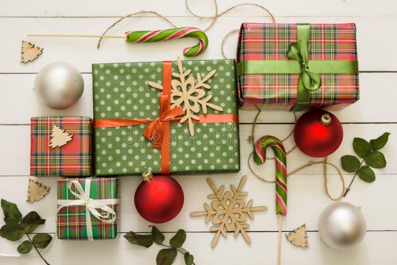 Caixas de presente pequenas e grandes do Natal no fundo de madeira imagem de stock
