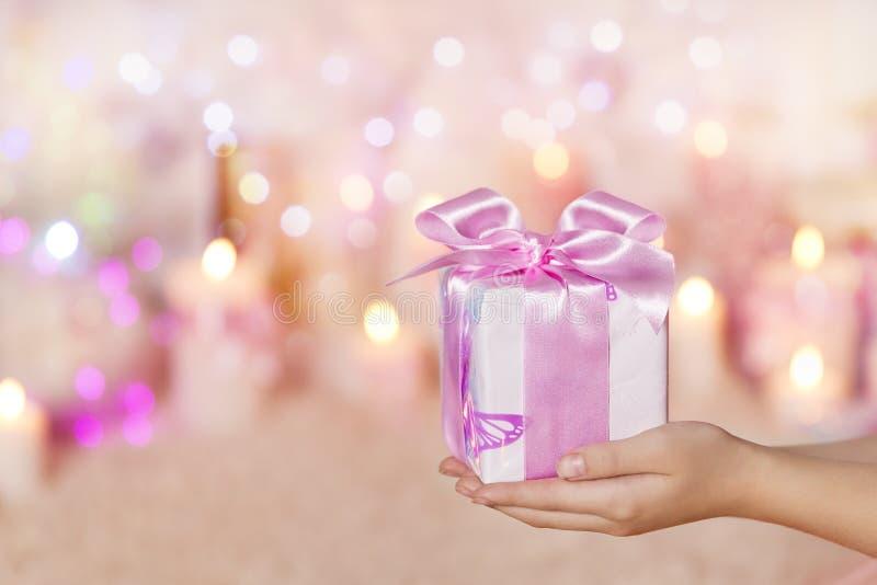 Caixas de presente que guardam sobre as mãos, dando o presente cor-de-rosa, mulher da menina fotos de stock