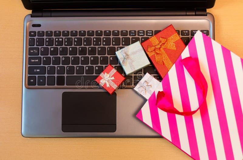 Caixas de presente, saco do presente no teclado do portátil Conceito em linha da compra fotos de stock royalty free
