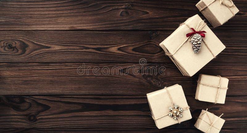 Caixas de presente sobre o fundo de madeira escuro Vista superior Surpresas do Xmas, espaço para o texto fotos de stock royalty free