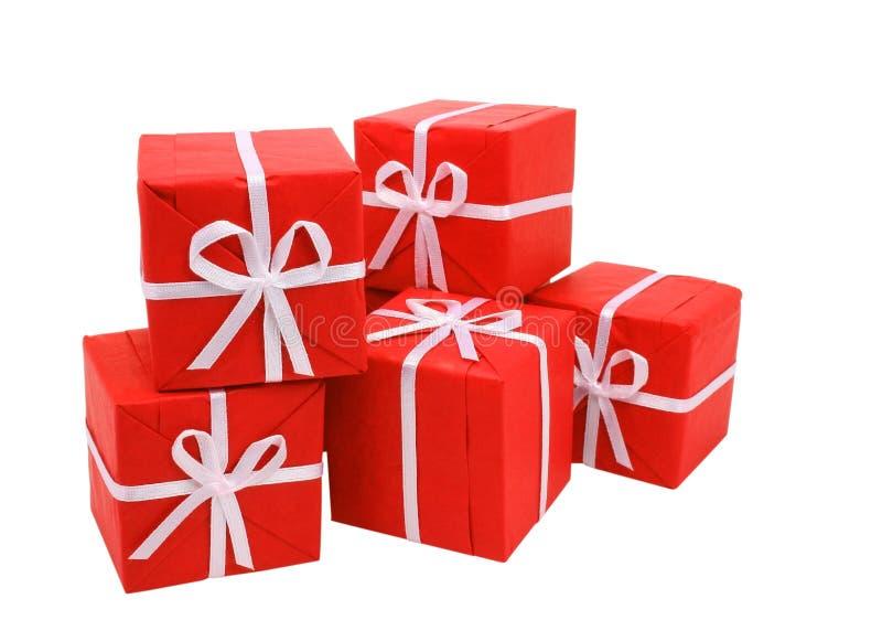 Caixas de presente vermelhas no fundo branco (trajeto de grampeamento incluído) fotografia de stock