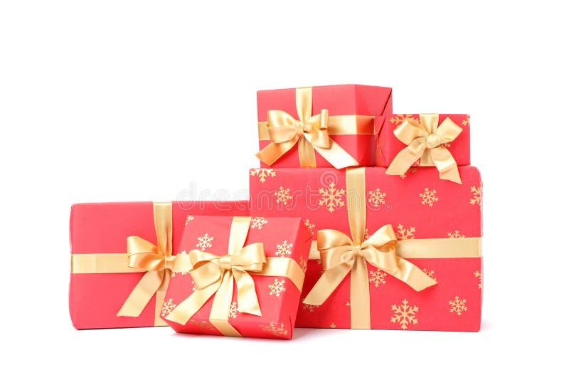 Caixas de presentes com arco dourado isolado imagem de stock royalty free
