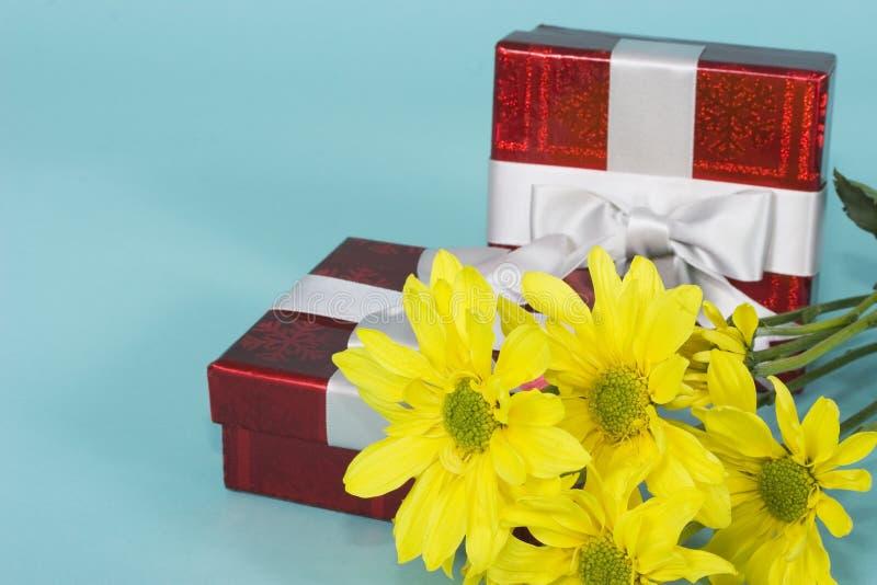 Caixas de presentes com flores fotografia de stock