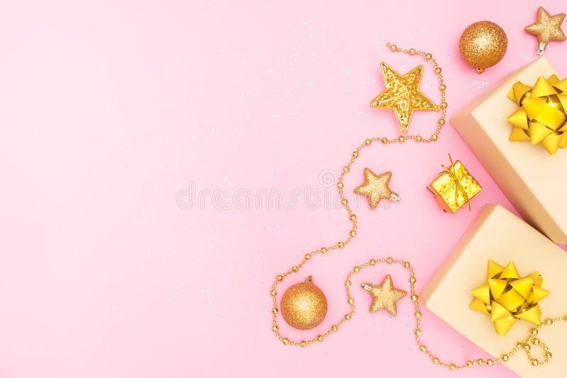 Caixas de presentes ou caixas dos presentes com curvas, a estrela e a bola douradas no fundo cor-de-rosa para a cerimônia do aniv imagens de stock
