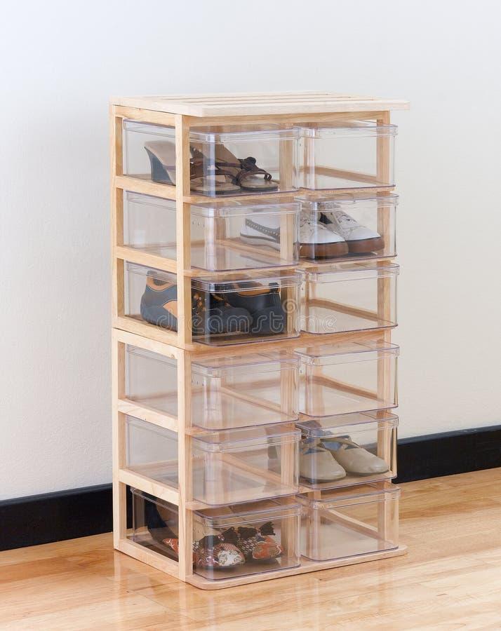 Caixas de sapata em um carrinho de madeira fotos de stock