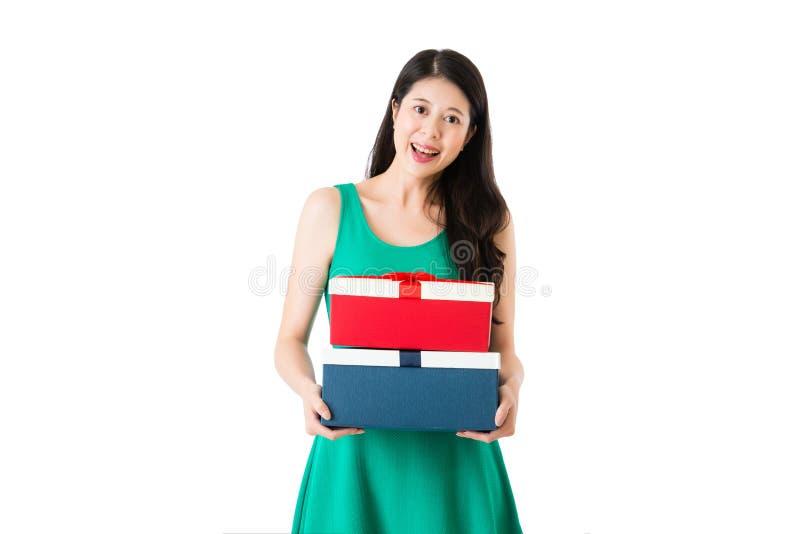 Caixas de sorriso da posse da moça com vestido imagens de stock