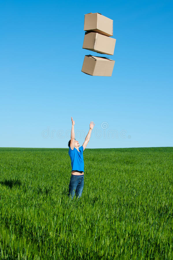 Caixas de travamento do homem no campo verde foto de stock