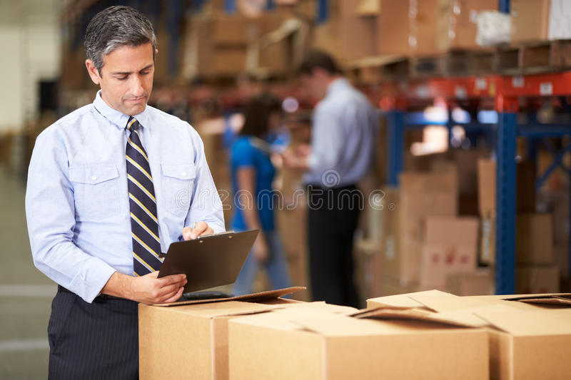 Caixas de In Warehouse Checking do gerente imagem de stock royalty free