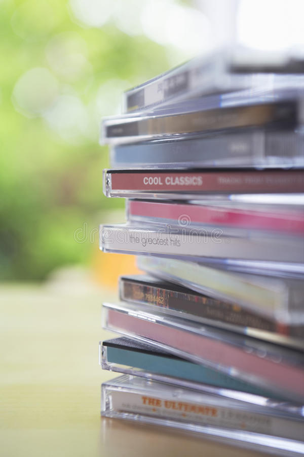 Caixas do CD na tabela imagem de stock royalty free