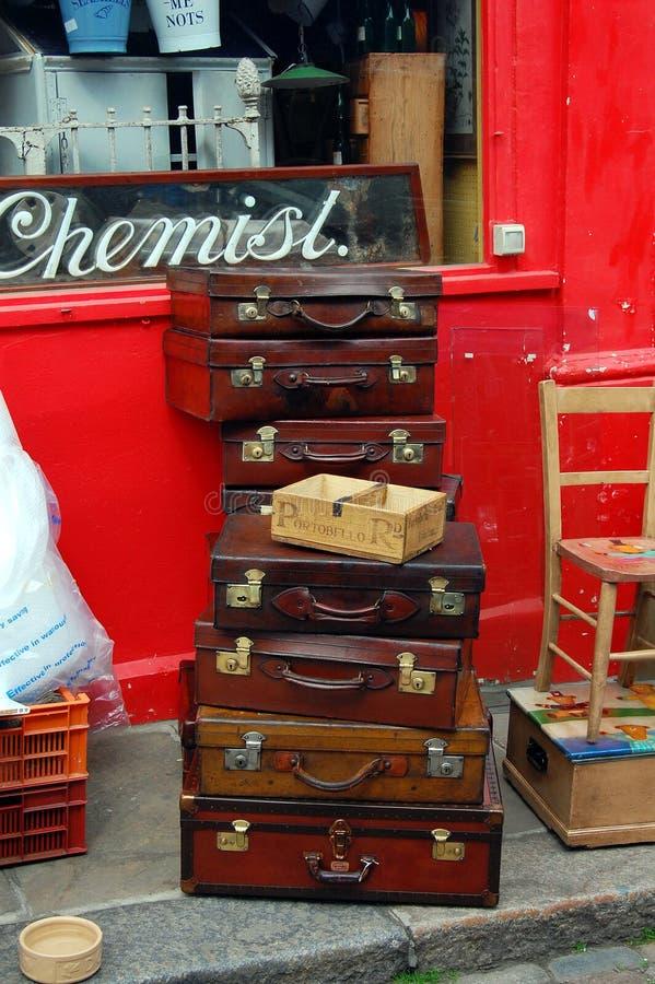 Caixas do curso do vintage empilhadas na estrada de Portobello imagem de stock