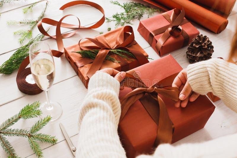 Caixas do presente de Natal no fundo de madeira branco fotos de stock