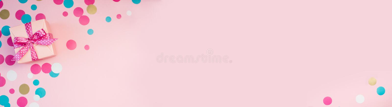 Caixas e confetes decorados no fundo cor-de-rosa imagens de stock royalty free
