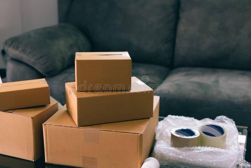 Caixas e equipamento do pacote para empacotar colocado na tabela imagem de stock royalty free
