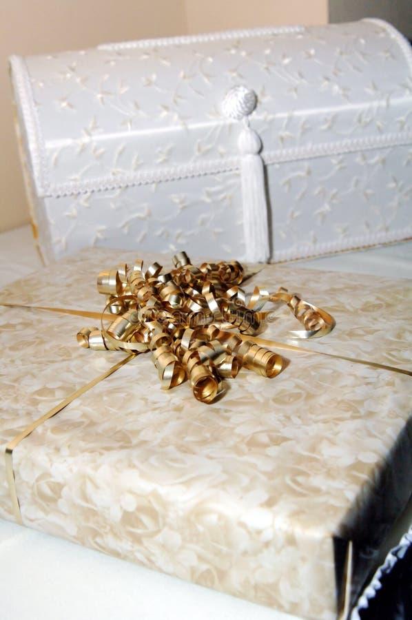 Caixas e fita de presente do casamento foto de stock