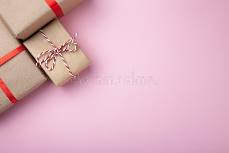 Caixas festivas do presente Presente de anivers?rio Fundo cor-de-rosa Espa?o vazio para o texto imagem de stock royalty free