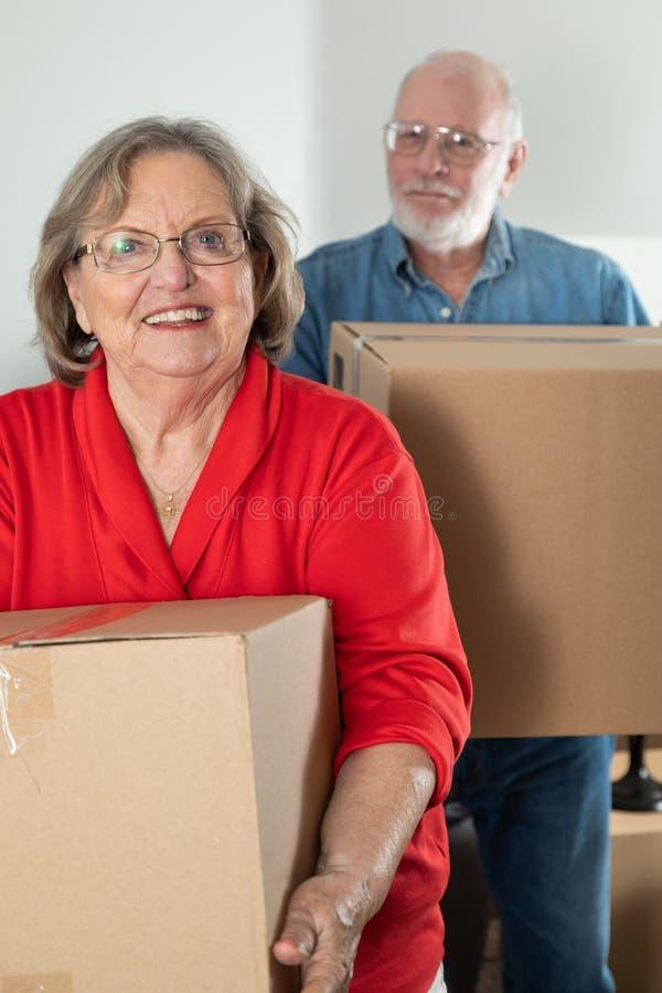 Caixas móveis levando dos pares adultos superiores foto de stock