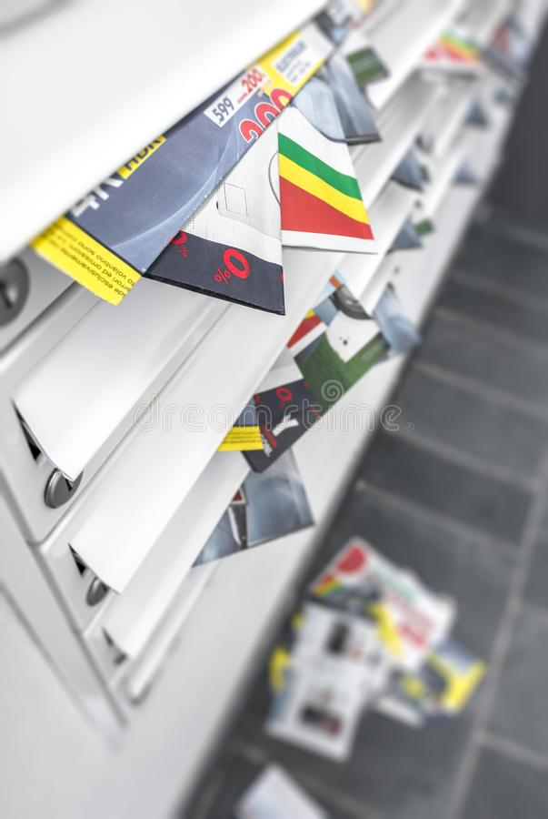 Caixas modernas do correio do metal, overfull dos folhetos imagem de stock