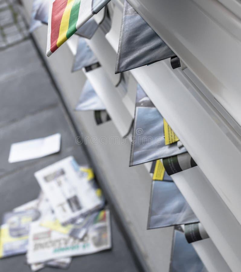 Caixas modernas do correio do metal, overfull dos folhetos fotos de stock