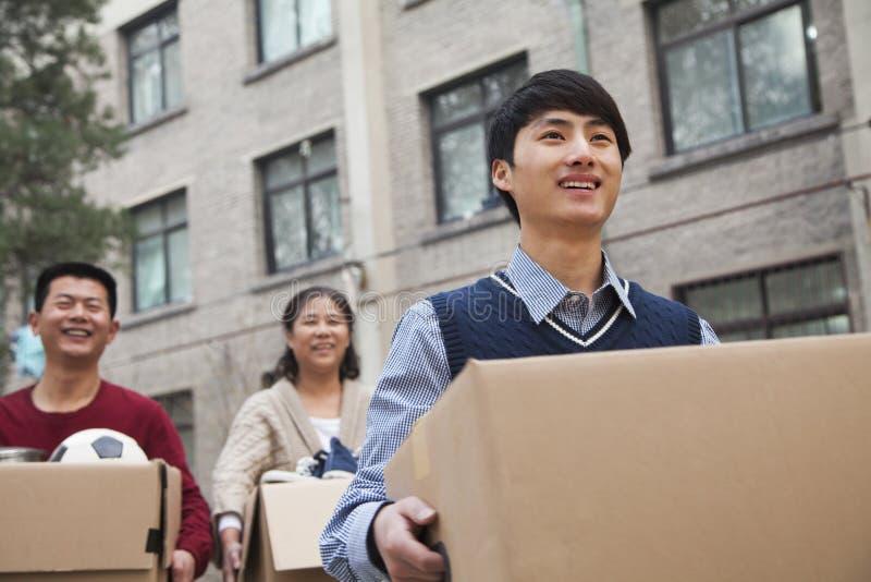 Caixas moventes da família em um dormitório na faculdade imagens de stock