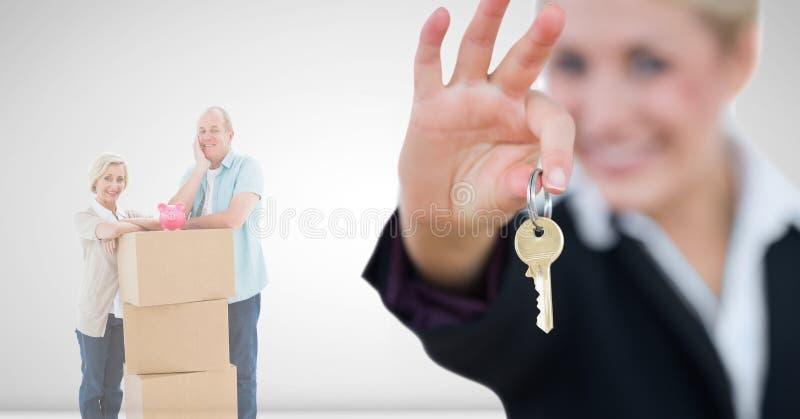 caixas moventes dos povos na casa nova com chave fotos de stock royalty free