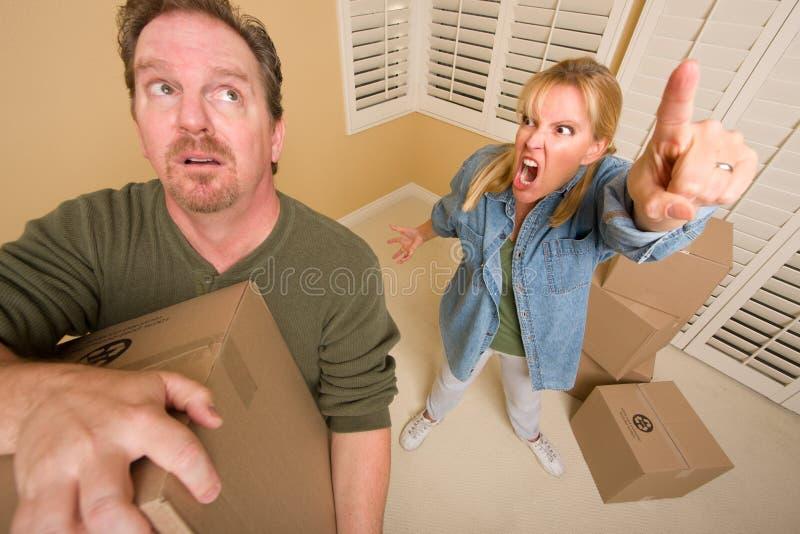 Caixas moventes forçadas do homem para a esposa de exigência imagem de stock