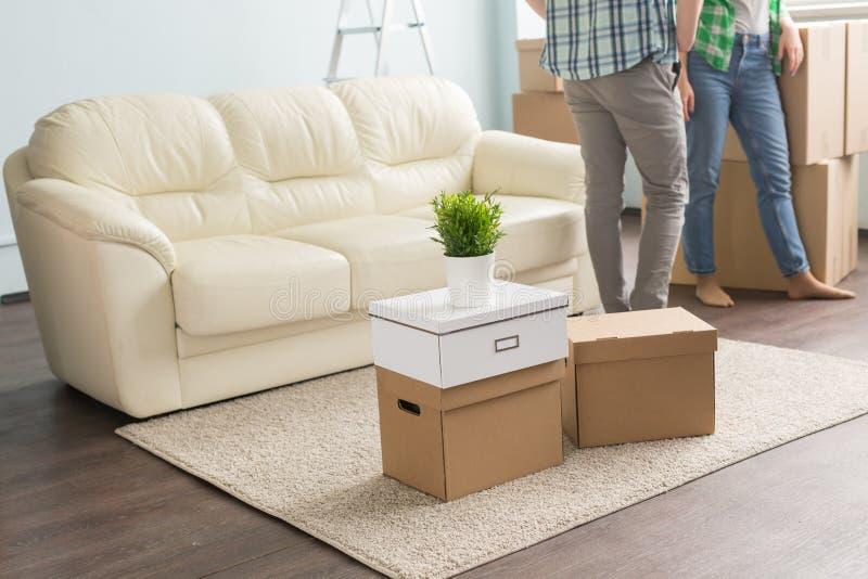 Caixas moventes no tapete na frente dos pares e do sofá novos fotografia de stock