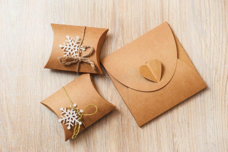 Caixas para presentes do Natal com papel de embalagem imagem de stock