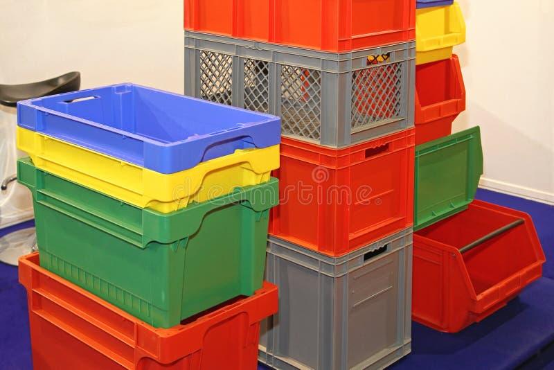 Caixas plásticas e caixas imagens de stock