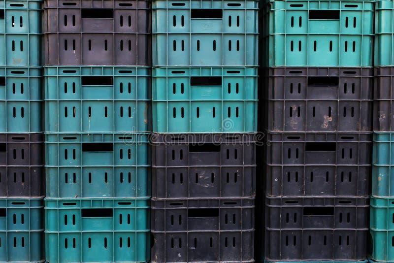 Caixas plásticas pretas e verdes, para a carga fotos de stock royalty free