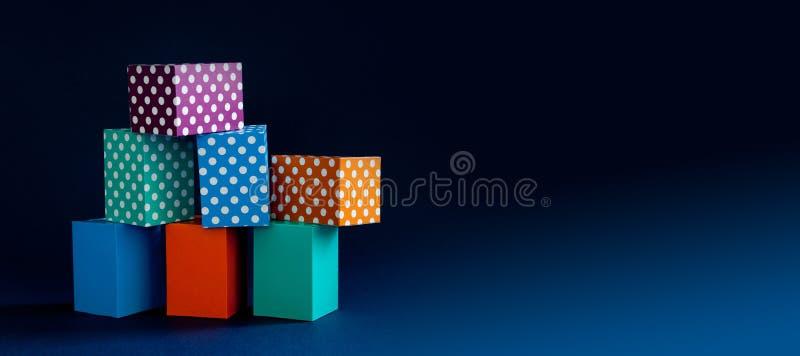 Caixas vívidas do cubo do teste padrão de às bolinhas do fundo geométrico colorido abstrato Composição retangular verde violeta d imagens de stock