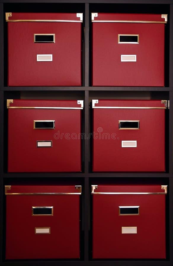 Caixas vermelhas na prateleira imagem de stock