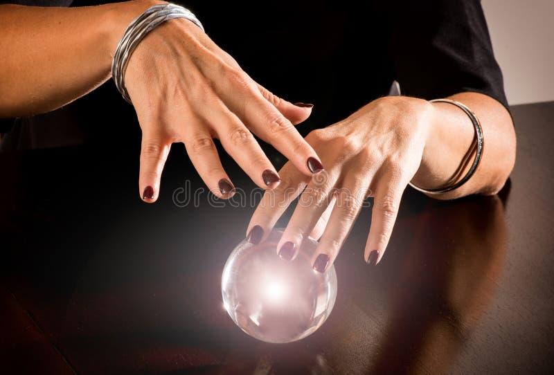 Caixeiro de fortuna que prevê o futuro em uma esfera imagem de stock royalty free