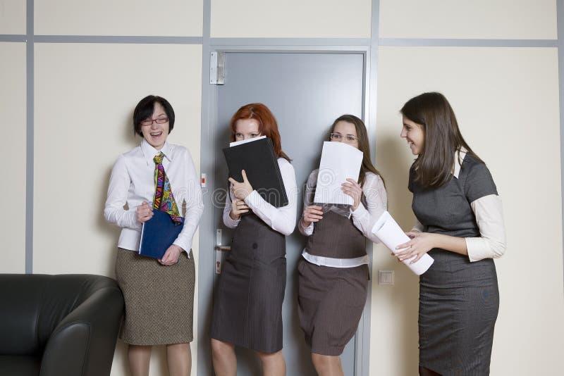 Caixeiros que esperam para dar um relatório fotografia de stock