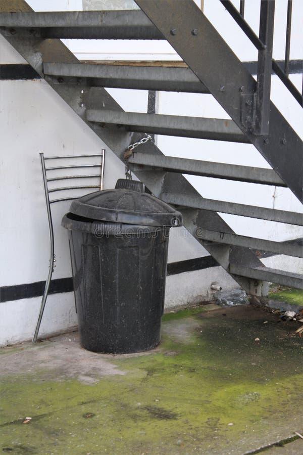 Caixote de lixo de plástico ao ar livre imagens de stock