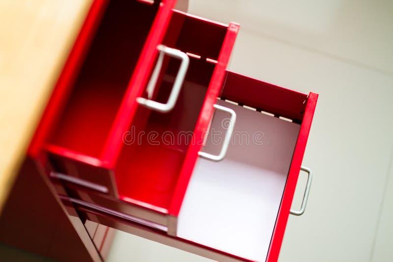 Cajón de acero rojo para los documentos foto de archivo