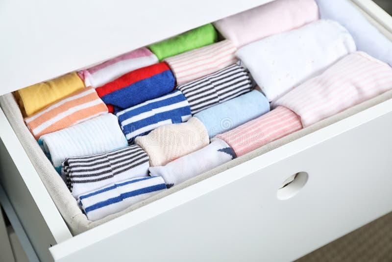 Cajón del guardarropa con muchos calcetines del niño imagen de archivo