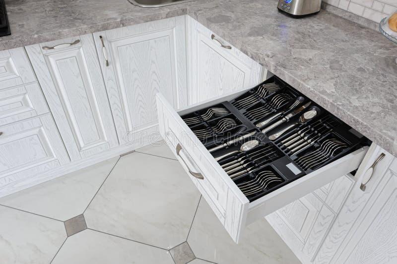 Caj?n con los cubiertos de plata en cocina blanca moderna foto de archivo libre de regalías