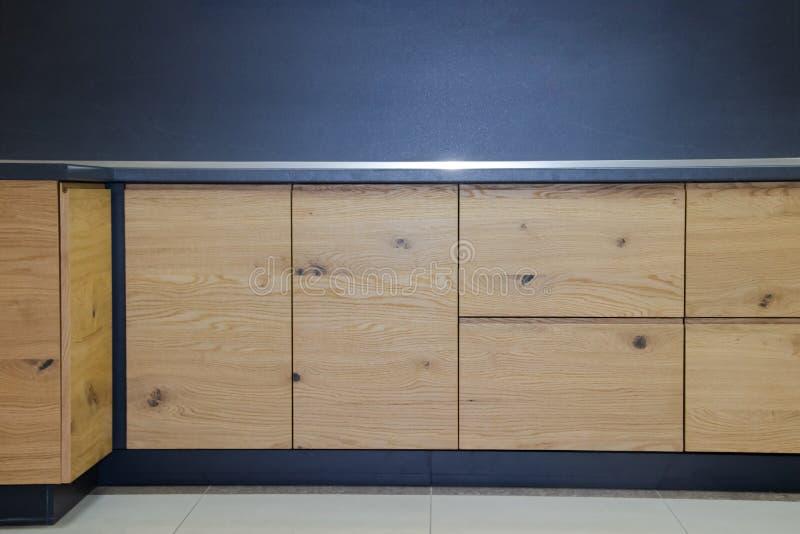 Caj?n de madera en la cocina Cajones con closers imagen de archivo libre de regalías