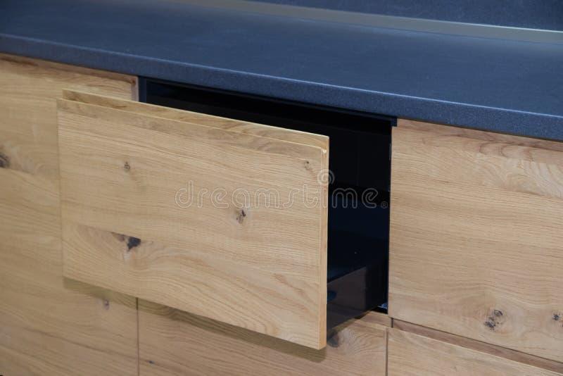Caj?n de madera en la cocina Cajones con closers imagen de archivo