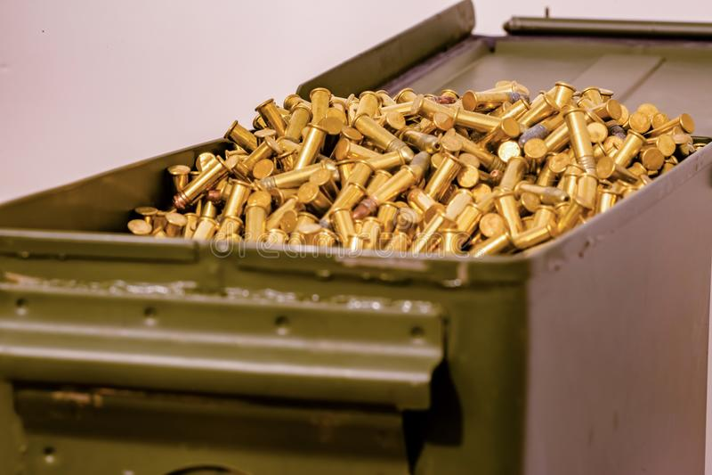 Caja abierta, verde de la munición por completo de balas imagen de archivo libre de regalías