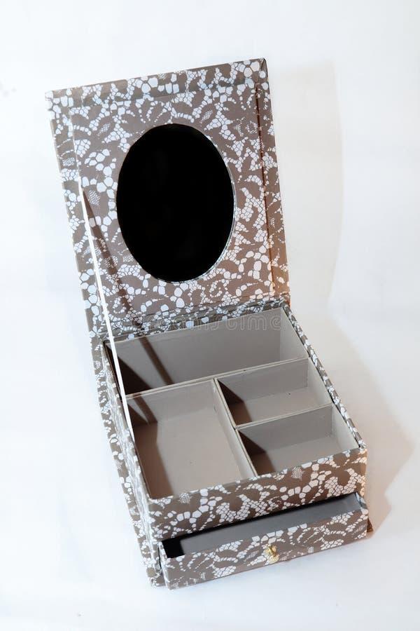 Caja abierta vintage beige de la joyería con el espejo imagen de archivo libre de regalías