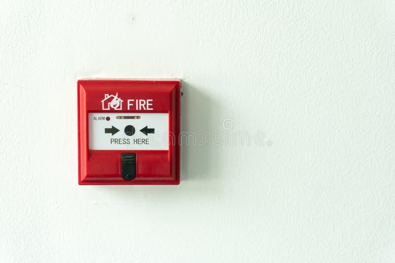 Caja alarma de incendio del interruptor de botón en la pared del cemento para advertir y el sistema de seguridad imágenes de archivo libres de regalías