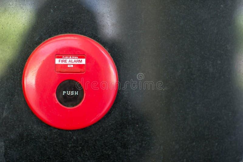 caja alarma de incendio en la pared del cemento para advertir y el sistema de seguridad en el lugar del condominio seguridad est? fotos de archivo libres de regalías