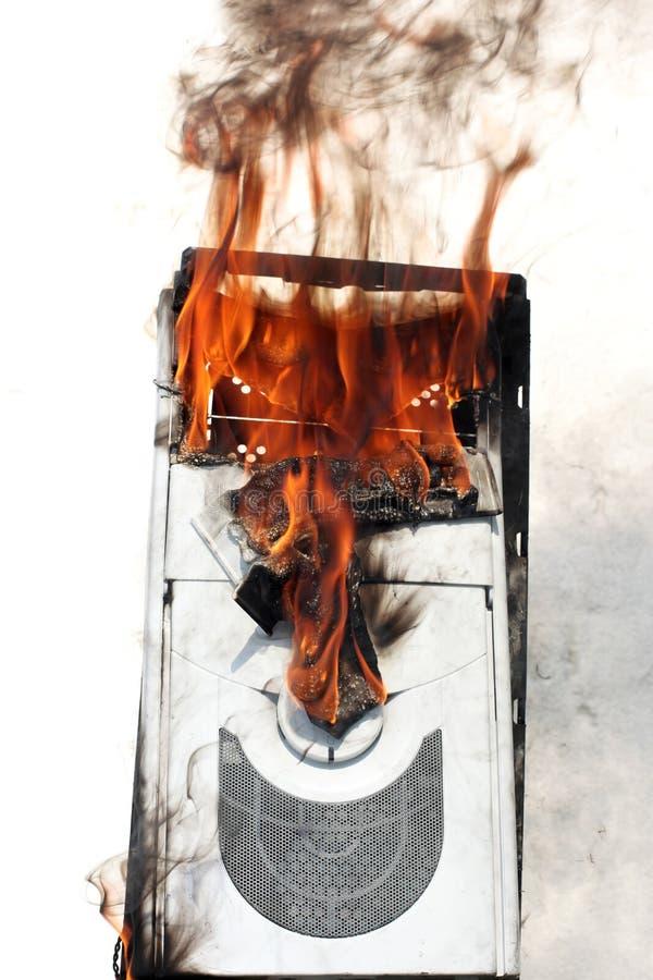 Caja ardiente del ordenador imagenes de archivo