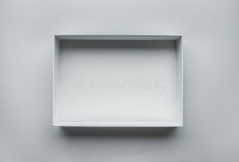 Caja blanca abierta en la tabla Visión superior Foto verdadera imagenes de archivo