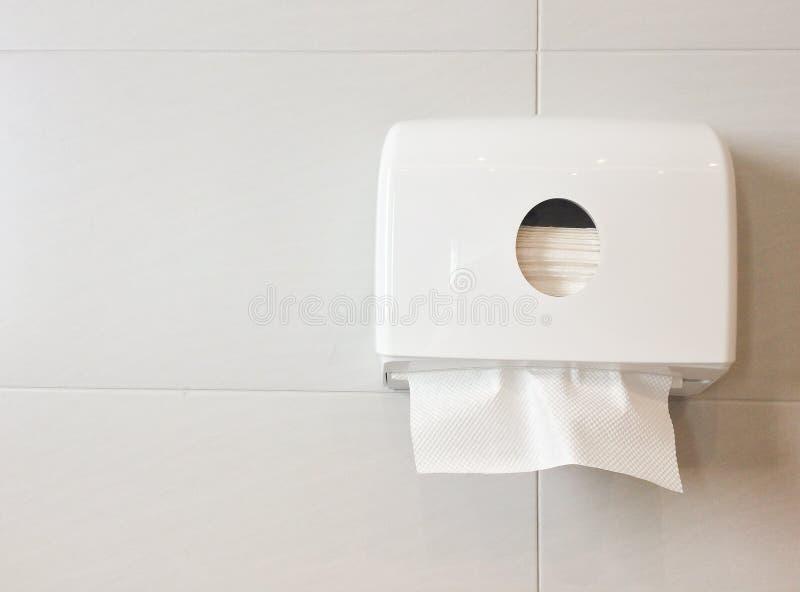 Caja blanca de tejidos en la pared en retrete fotos de archivo