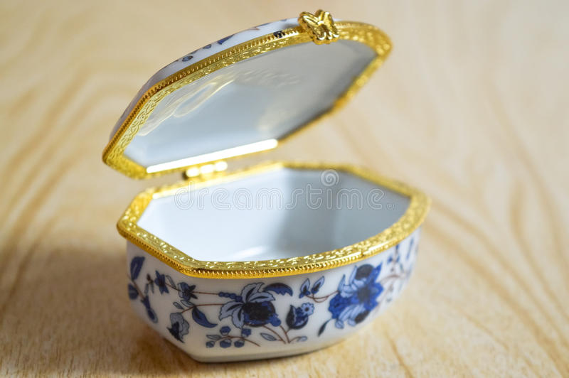 Caja con el modelo azul imagen de archivo