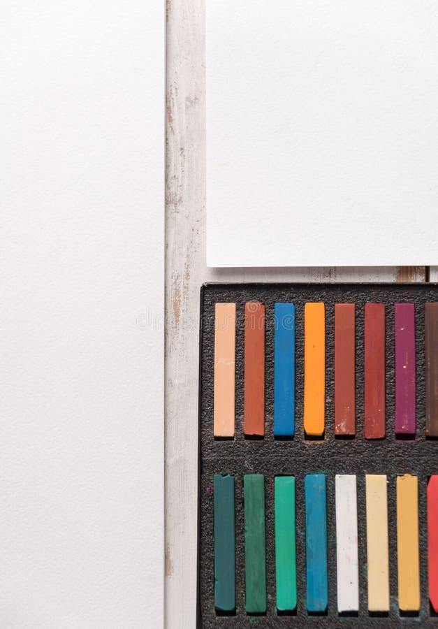 Caja con la pintura en colores pastel colorida en el Libro Blanco foto de archivo libre de regalías