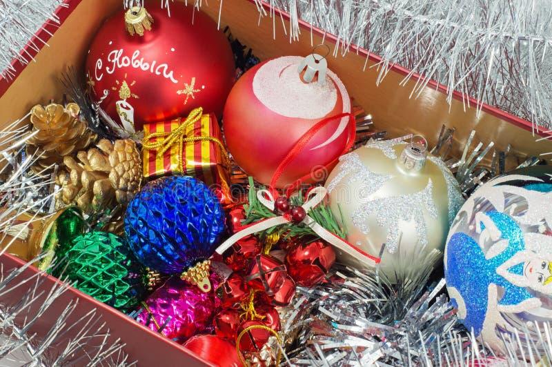 Caja con las decoraciones de la Navidad foto de archivo libre de regalías