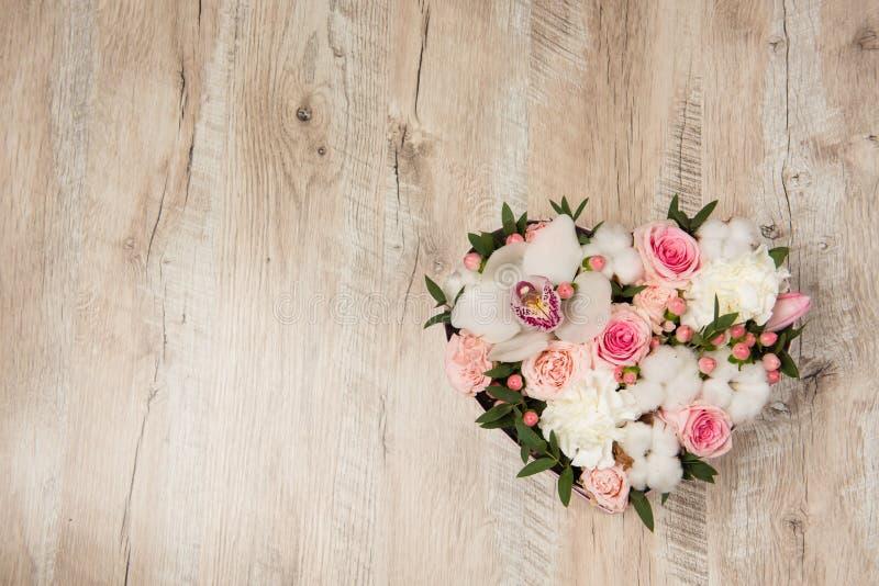 Caja con las flores blancas y rosadas fotos de archivo